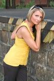 黑色性感的妇女黄色 免版税库存图片