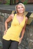 黑色性感的妇女黄色 免版税库存照片