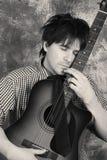 黑色情感吉他弹奏者白色 免版税库存图片