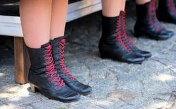 黑色支持与红色鞋带,民间传说服装 图库摄影