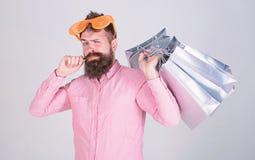 黑色星期五购物 与束纸袋的愉快的购物 购物的上瘾的消费者 人有胡子的行家穿戴 免版税库存图片