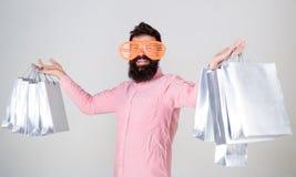 黑色星期五购物 与束纸袋的愉快的购物 购物的上瘾的消费者 有益的交易 如何得到 免版税图库摄影