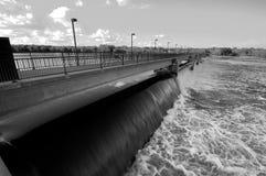 黑色水坝水力发电的白色 库存图片