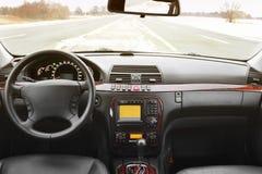 黑色汽车内部皮革 一辆现代汽车的内部的看法显示仪表板的 免版税库存图片