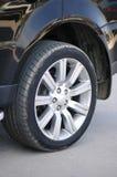 黑色汽车发光的轮胎 免版税库存照片