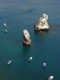 黑色海岛岩石海运 库存照片