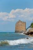 黑色海岸岩石风帆海运 免版税库存图片