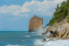 黑色海岸岩石风帆海运 库存图片
