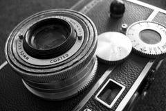 黑色照相机葡萄酒白色 免版税库存图片
