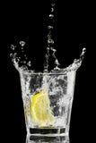黑色玻璃冰柠檬飞溅 免版税图库摄影