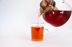黑色玻璃热倾吐的茶 免版税图库摄影