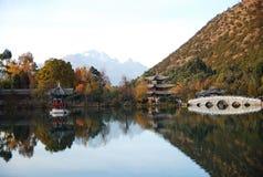 黑色瓷龙湖lijiang 库存照片