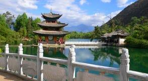 黑色瓷龙lijiang塔池 库存照片