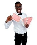 黑色男孩看板卡他用王牌取胜年轻人的准备好的显示 库存照片