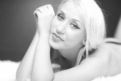黑色白肤金发的女孩纵向兴高采烈的&# 库存图片