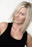 黑色白肤金发的模型白金无袖衫 免版税库存照片