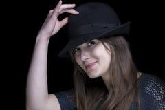 黑色的女孩与时髦的黑帽会议 免版税图库摄影