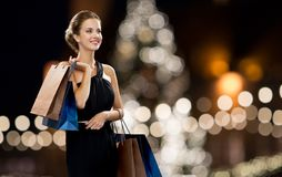 黑色的妇女与在圣诞节的购物袋 库存图片