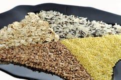 黑色的盘子用米,荞麦,小米,粥 免版税库存照片