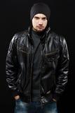 黑色皮夹克的英俊的年轻人 库存图片