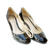 黑色皮革专利窥视穿上鞋子脚趾 免版税库存照片