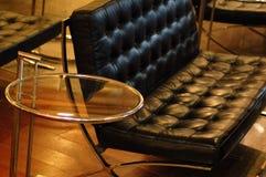 黑色皮革现代沙发 免版税库存照片