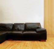 黑色皮革长沙发 免版税库存图片