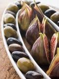 黑色盘图新鲜的绿橄榄 库存图片
