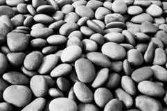 黑色石头在庭院里 免版税库存照片