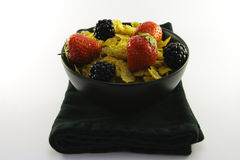 黑色碗玉米片果子 免版税库存图片