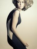 黑色礼服典雅的夫人年轻人 免版税库存照片