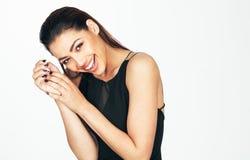 黑色礼服微笑的妇女年轻人 图库摄影
