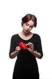 黑色礼服的哀伤的妇女与红色花 库存照片