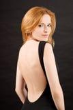黑色礼服红头发人性感的妇女 免版税库存照片