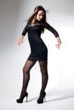 黑色礼服跳舞的迷人的女孩 库存图片