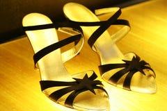 黑色穿上鞋子有带子 库存照片