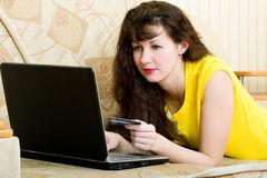 黑色笔记本妇女年轻人 免版税库存图片
