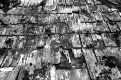 黑色老屋顶白色 库存图片