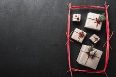 黑色背景 现代样式 原始的礼物寒假,在一个红色长方形 圣诞节和新年消息的空间 库存照片