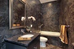 黑色花岗岩化妆室墙壁 免版税库存照片