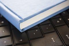 黑色蓝皮书计算机 免版税库存图片