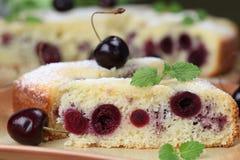 黑色蛋糕樱桃海绵 免版税库存图片