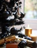 黑色蜡烛圣诞节金结构树 免版税库存照片