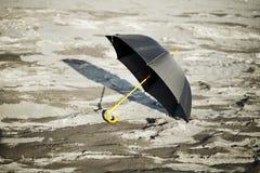 黑色被塑造的大老伞 库存照片