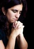 黑色讲西班牙语的美国人查出的祈祷的妇女 库存照片