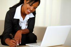 黑色诉讼工作的俏丽的女实业家 库存图片