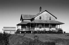黑色雪松房子木瓦白色 库存图片