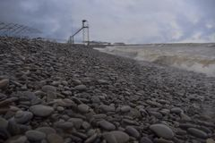 黑色foros区域海岸 石海滩 在雨前的海 库存照片