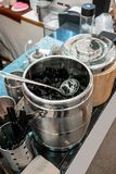 黑草果冻点心草本明胶用在不锈的糖浆 免版税图库摄影