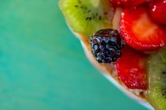 黑莓和各种各样的新鲜水果在甜明胶 莓果特写镜头在软的焦点 ?? 果子美好的背景  免版税库存照片